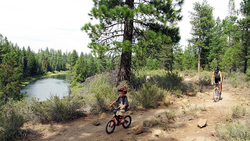 Henry and Kari mountainbiking along the Deschutes