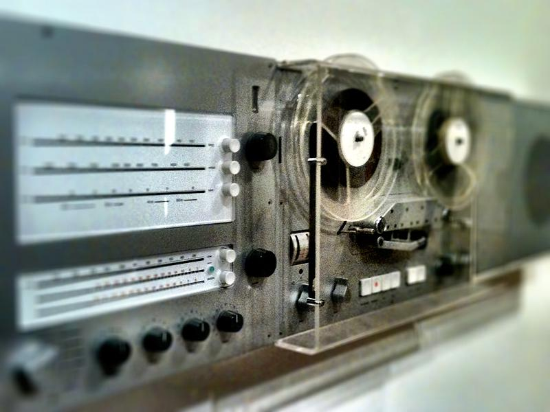 Wall-mounted reel-to-reel. Want.