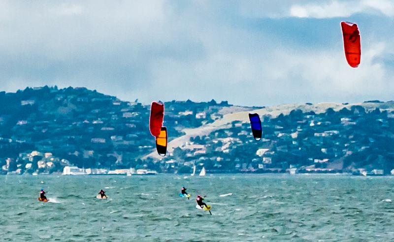 Foiling kite surfers RIPPPPING it on the cityfront