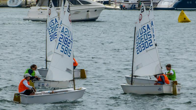 Optimist team racing action